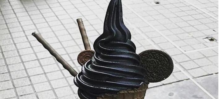 Μαύρο παγωτό: Κάνει θραύση και δεν έχει χρωστικές [εικόνες]