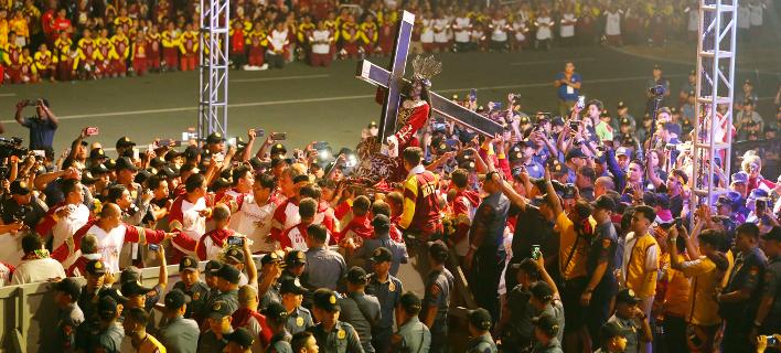 Πλήθη Φιλιππινέζων «πολιορκούν» το άγαλμα του Μαύρου Ναζωραίου στη Μανίλα (Φωτογραφία: ΑΡ/Bullit Marquez)