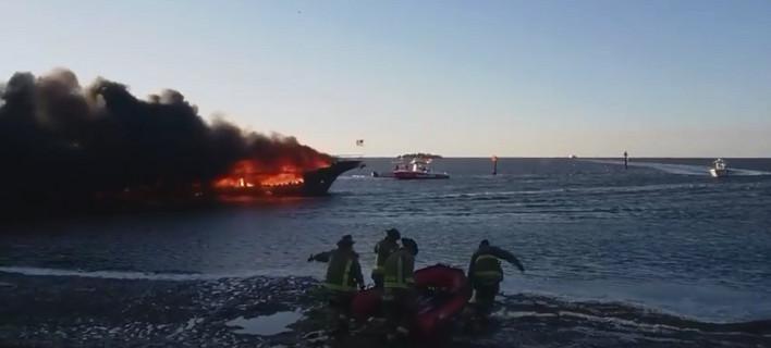 Το πλοίο έπιασε φωτιά κάπου 90 μέτρα από την ακτή (Φωτογραφία:  New Port Richey Police Department / Facebook)