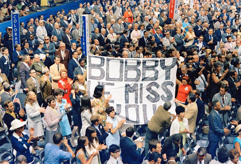 Σύνεδροι ανοίγουν πανό για τον δολοφονημένο Μπόμπι Κένεντι που κανονικά θα έπαιρνε εκείνος το χρίσμα για τις προεδρικές εκλογές, Σικάγο, 29 Αυγούστου 1968. Φωτογραφία: AP Photo