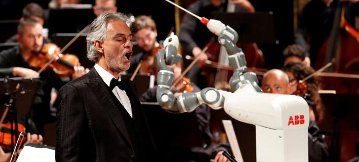 Μοναδικό! Ανθρωποειδές ρομπότ διευθύνει Φιλαρμονική και τον Αντρέα Μποτσέλι [εικόνες & βίντεο]