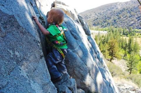 Ορειβάτης 2 ετών: Ανέβηκε 483 χιλιόμετρα με τους γονείς του [εικόνες]