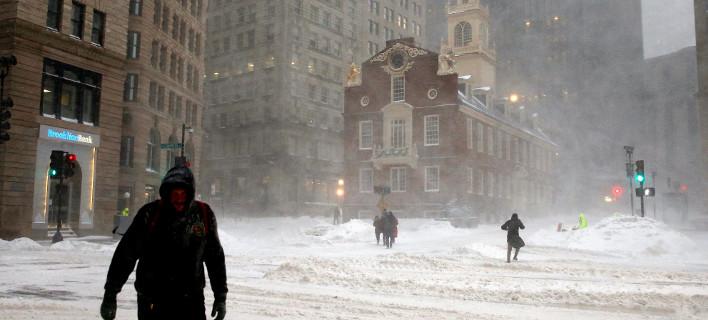 Αψηφώντας το δριμύ ψύχος πεζοί διασχίζουν χιονισμένο δρόμο στο κέντρο της Βοστώνης (Φωτογραφία: ΑΡ)