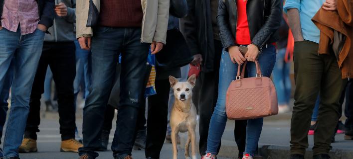 Στιγμιότυπο από την καθημερινή ζωή στο Βουκουρέστι (Φωτογραφία: AP Photo/Vadim Ghirda)