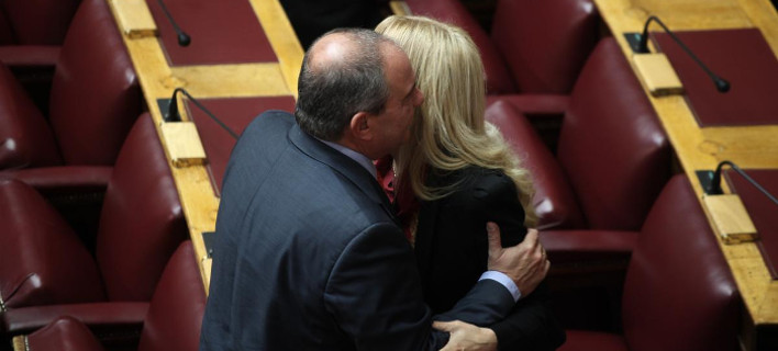 Το backstage της σημερινής ψηφοφορίας: Τα φιλιά Καραμανλή-Σόδη, το iPhone της Παπαρήγα και ο βουλευτής με το κομπολόι [εικόνες]