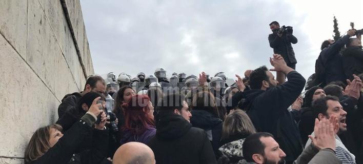 Ενταση στην πορεία των εκπαιδευτικών -Προσπάθησαν να μπουν στη Βουλή [βίντεο]