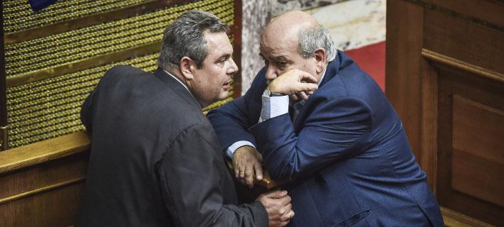Ο Νίκος Βούτσης και ο Πάνος Καμμένος συζητούν στη Βουλή / Φωτογραφία: EUROKINISSI/ΤΑΤΙΑΝΑ ΜΠΟΛΑΡΗ