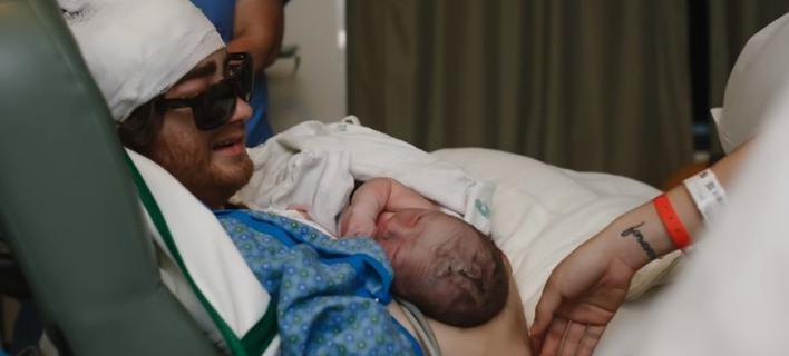 Τον Αύγουστο του είχαν δώσει λίγες ημέρες ζωής -Τις προάλλες ήταν στη γέννηση του γιου του [βίντεο]