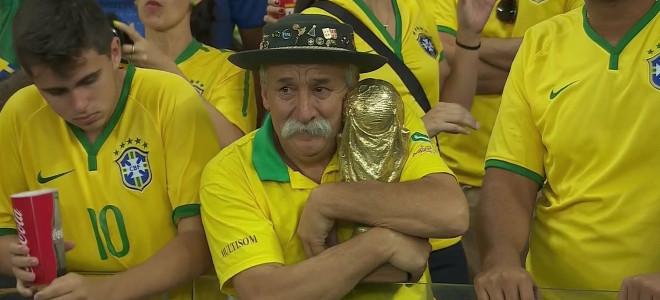 Ο «γεράκος με το κύπελλο»: Ο θλιμμένος οπαδός που έγινε το πρόσωπο του βραζιλιάν