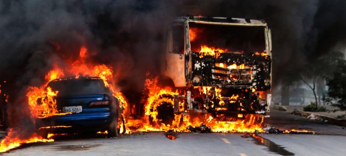 Συμμορίες έκαψαν οχήματα και καταστήματα στη βορειοανατολική Βραζιλία σε αντίποινα για τη σκλήρυνση των μέτρων στις φυλακές (Φωτογραφία: AP/Alex Gomes/O Povo))