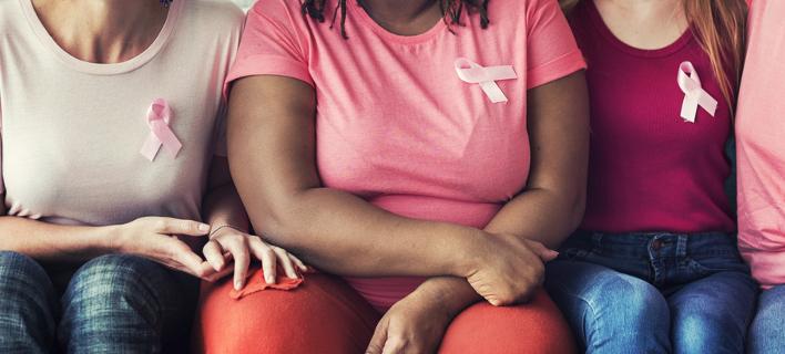 Γυναίκες με την ροζ κορδέλα για τον καρκίνο του μαστού- Φωτογραφία: Shutterstock