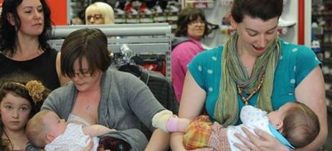 Δεκάδες Αγγλίδες θηλάζουν τα μωρά τους σε πολυκατάστημα