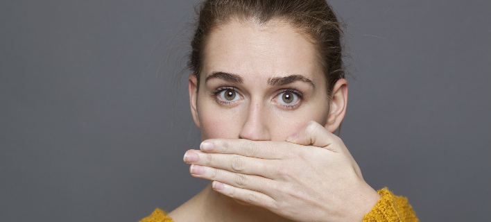 Μια γυναίκα έχει δυσάρεστη αναπνοή, Φωτογραφία: Shutterstock/By STUDIO GRAND OUEST