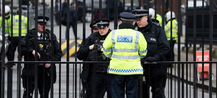 Η τελευταία φωτογραφία του άτυχου αστυνομικού στο Λονδίνο -Selfie με τουρίστρια, 43 λεπτά πριν δολοφονηθεί [εικόνα]