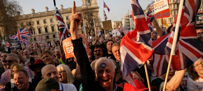 Brexit: «Ψηφίσαμε να φύγουμε» -Διαδηλώσεις, πάρτι και... προσευχές ευρωσκεπτικιστών στο Λονδίνο [εικόνες]