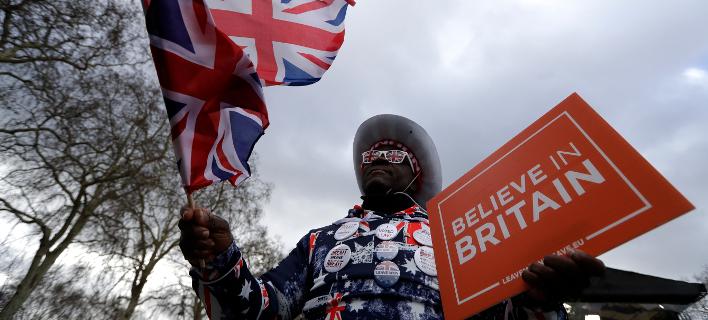 Υποστηρικτής του Brexit έξω από το Βρετανικό Κοινοβούλιο (Φωτο: ΑΡ)