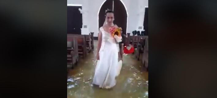 Παρά την πλημμυρισμένη εκκλησία, η 24χρονη αρνήθηκε να αναβάλει το γάμο της.