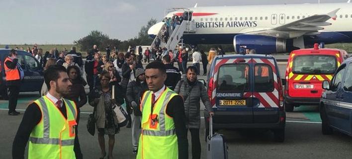 Οι επιβάτες απομακρύνθηκαν από το αεροσκάφος (Φωτογραφία: Twitter)