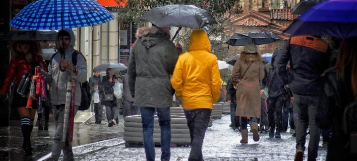 Βροχή στην Ερμού (Φωτογραφία: EUROKINISSI/ΓΙΩΡΓΟΣ ΚΟΝΤΑΡΙΝΗΣ)