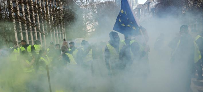 Περίπου 300 άτομα πρωτοστάτησαν στις διαμαρτυρίες των «κίτρινων γιλέκων» στις Βρυξέλλες (Φωτογραφία:ΑΡ/Francisco Seco)