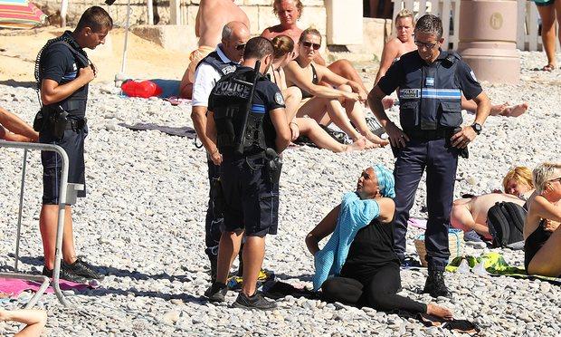 Αποτέλεσμα εικόνας για Αστυνομικοί αναγκάζουν μουσουλμάνα να βγάλει το μπουρκίνι στην παραλία
