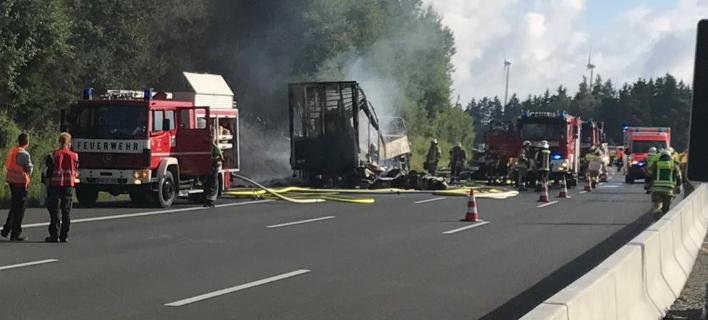 Αποτέλεσμα εικόνας για Γερμανία: Κάηκε ολοσχερώς λεωφορείο μετά από τροχαίο με φορτηγό - Αγνοούνται 17 άνθρωποι