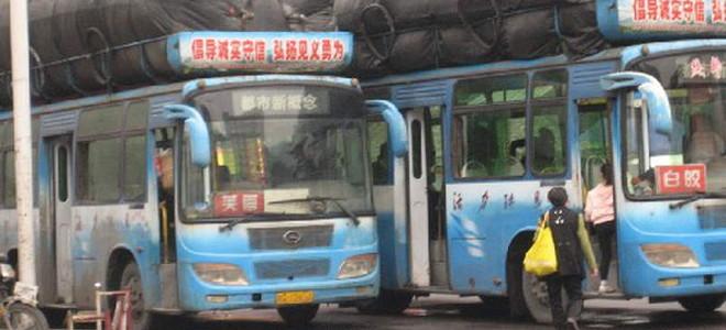 Φαντάζεστε τι μπορεί να εξυπηρετούν οι τεράστιες σακούλες πάνω στα λεωφορεία;