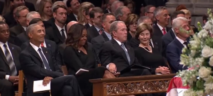 Η στιγμή που ο Μπους δίνει καραμέλα στην Μισέλ. Φωτογραφία: YouTube