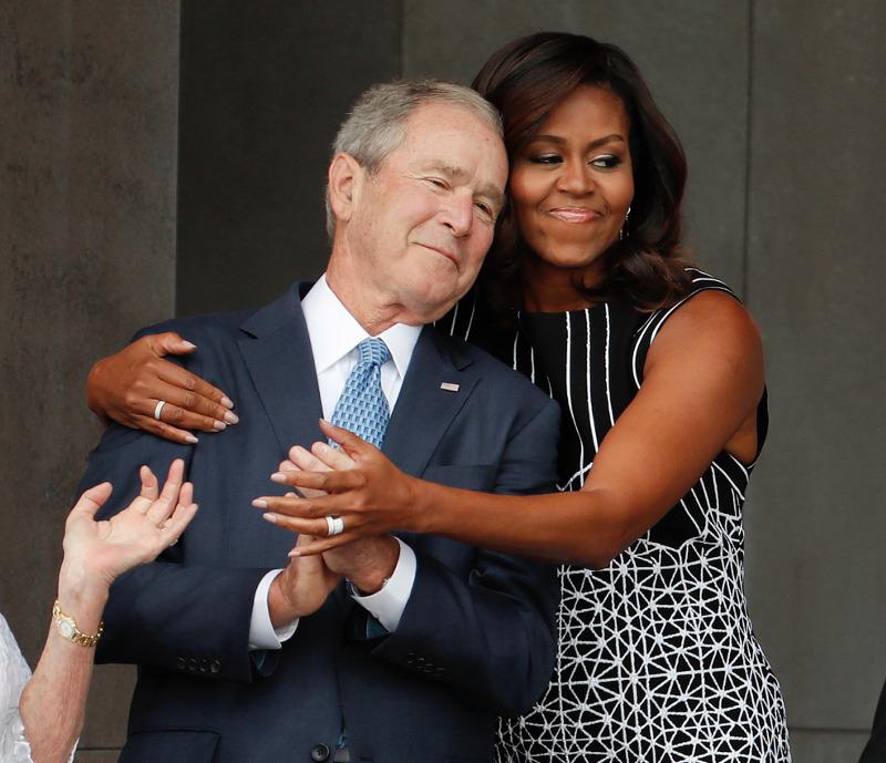 Η viral φωτογραφία: Η Μισέλ αγκαλιάζει τον πρώην πρόεδρο Τζορτζ Μπους
