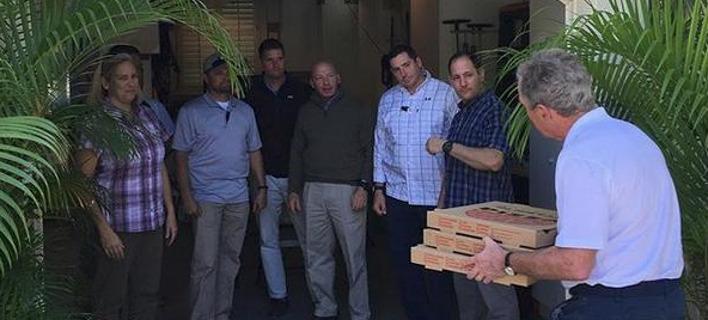 Ο Τζορτζ Μπους προσφέρει πίτσες στους πράκτορές του. Φωτογραφία: Instagram