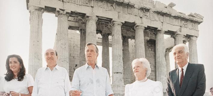 O Tζορτζ και η Μπάρμπαρα Μπους στην Ακρόπολη/ Φωτογραφία: AP