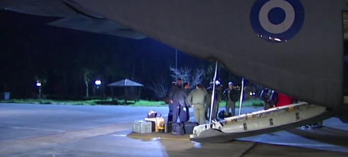 Συγκινητικές στιγμές στην Ελευσίνα: Η προσγείωση του C130 με τους διασωθέντες του Νorman Atlantic [βίντεο]