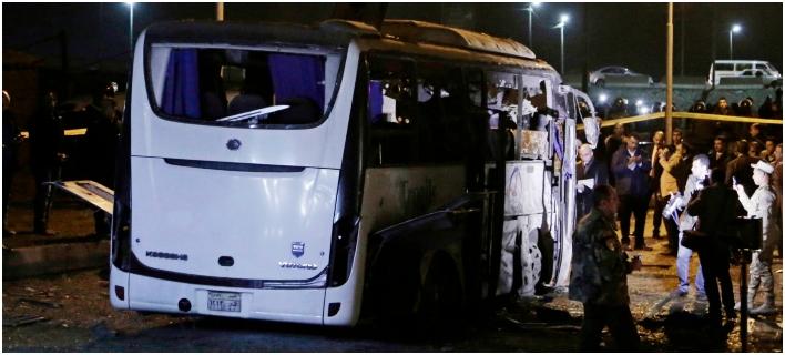 Τρεις νεκροί και 12 τραυματίες από βόμβα που εξερράγη δίπλα σε τουριστικό λεωφορείο στο Κάιρο-Φωτογραφία: AP Photo/Nariman El-Mofty
