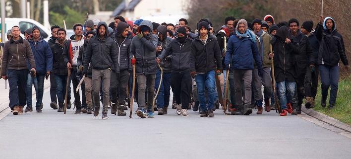 Γαλλία: Βίαιες συγκρούσεις μεταναστών στο Καλαί -17 άτομα σε κρίσιμη κατάσταση [εικόνες]