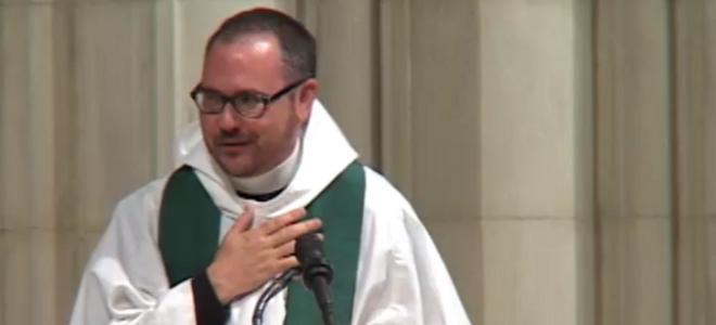 Τρανσέξουαλ ιερέας στις ΗΠΑ ανεβαίνει για πρώτη φορά στον άμβωνα