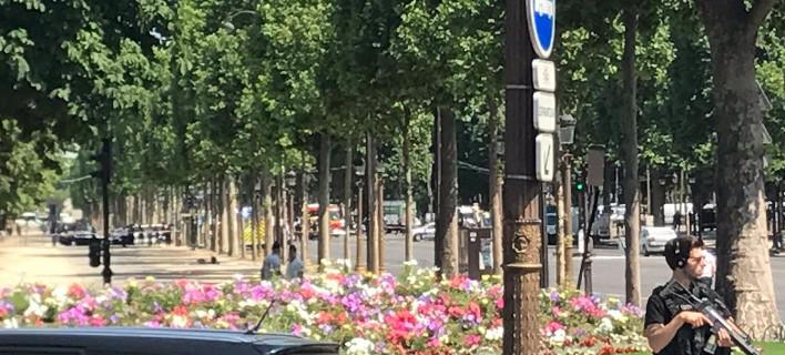 Γαλλία: Aνδρας έπεσε με το όχημά του πάνω σε βαν της αστυνομίας στα Ηλύσια Πεδία [εικόνα & βίντεο]