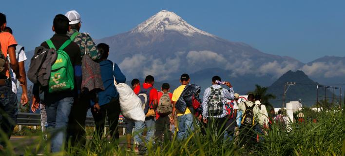 καραβάνι με μετανάστες/Φωτογραφία: AP