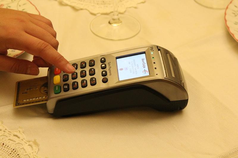 Ο πολίτης για να έχει φοροαπαλλαγή, για να συμπεριληφθεί στο αφορολόγητο είναι υποχρεωμένος σχεδόν να χρησιμοποιεί τη χρεωστική του κάρτα