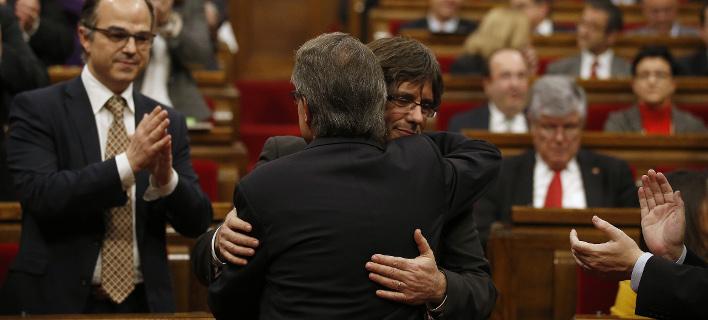 Ο Κάρλες Πουτζδεμόν λίγα λεπτά μετά την ανακήρυξη της ανεξαρτησίας / Φωτογραφία: (AP Photo/Manu Fernandez)