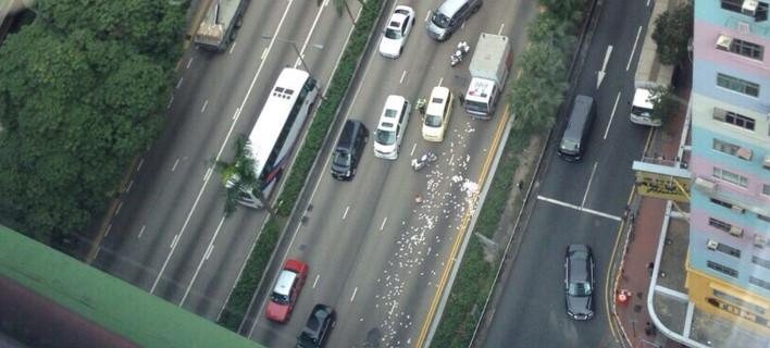 «Φρενίτιδα» στο Χονγκ Κονγκ: 2 εκατ. δολάρια έπεσαν στο δρόμο από χρηματαποστολή – Οι οδηγοί όρμησαν να τα αρπάξουν [εικόνες & βίντεο]
