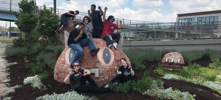 Σημείο συνάντησης ταξιδιωτών, φωτογραφίες: facebook.com/monumentalkitty