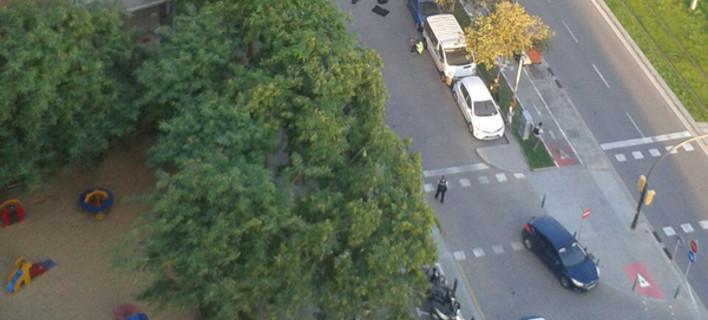 Η στιγμή που πέφτει νεκρός ο ένας δράστης της επίθεσης στη Βαρκελώνη/ Φωτογραφία: Elmundo