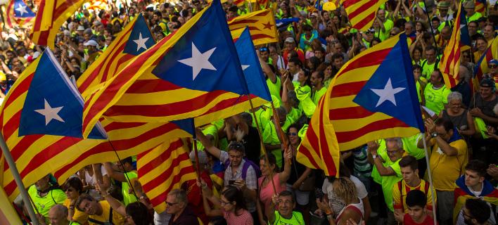 Καταλανοί σε διαδήλωση υπέρ της ανεξαρτησίας. AP Photo/Francisco Seco