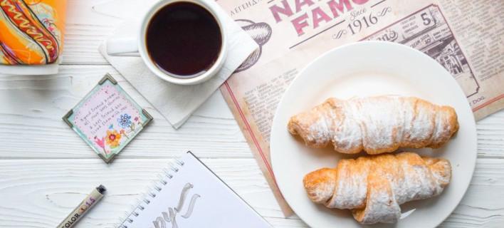 Κρουασάν και καφές /Φωτογραφία: Unsplash/Catia Climovich