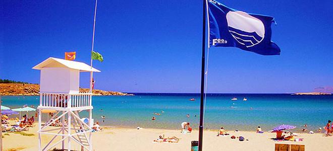 Δεκατρείς ελληνικές παραλίες έχασαν τη Γαλάζια σημαία – Ποιες βγήκαν από τους κα