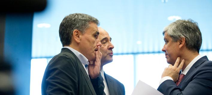 O πρόεδρος του Eurogroup Μάριο Σεντένο με τον Ευκλείδη Τσακαλώτο και τον Πιέρ Μοσκοβισί/Φωτογραφία: AP