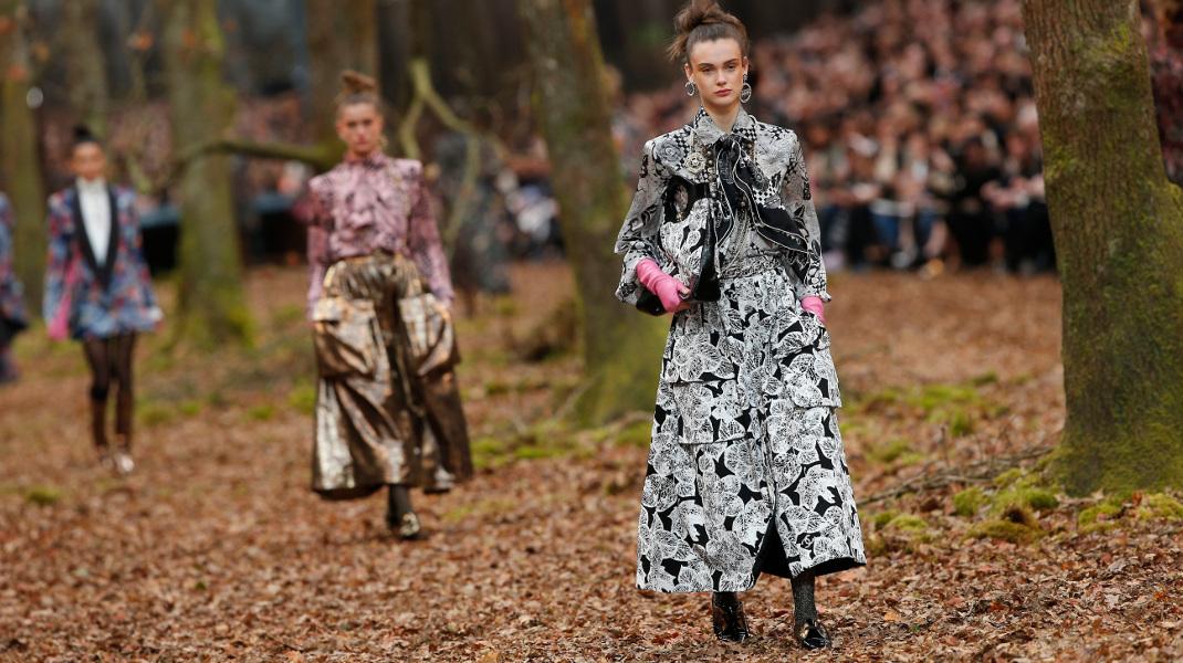 Επίδειξη μόδας στο Παρίσι: Η Chanel έβγαλε τα μοντέλα της στο δάσος -Φωτογραφία: AP Photo/Thibault Camus
