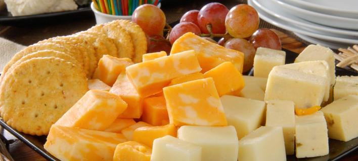 Μια παλέτα με τυριά και κρακεράκια, Φωτογραφία: Shutterstock