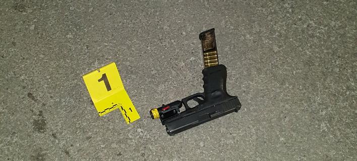 Ενα από τα όπλα που βρέθηκαν στον τόπο όπου πυροβολήθηκε ο 17χρονος -Φωτογραφία: Chicago police