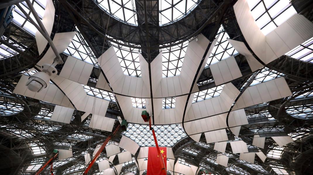 Πυρετώδεις εργασίες στο νέο αεροδρόμιο του Πεκίνου που ανοίγει το 2019 -Φωτογραφία: AP Photo/Mark Schiefelbein